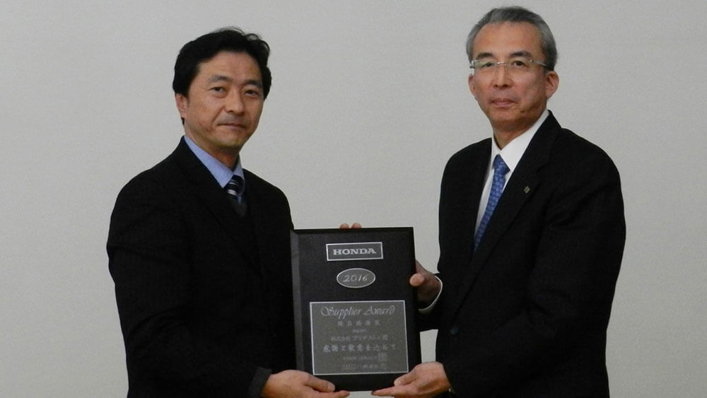 Accepting the Environmental Award from Honda Motor Co., Ltd.