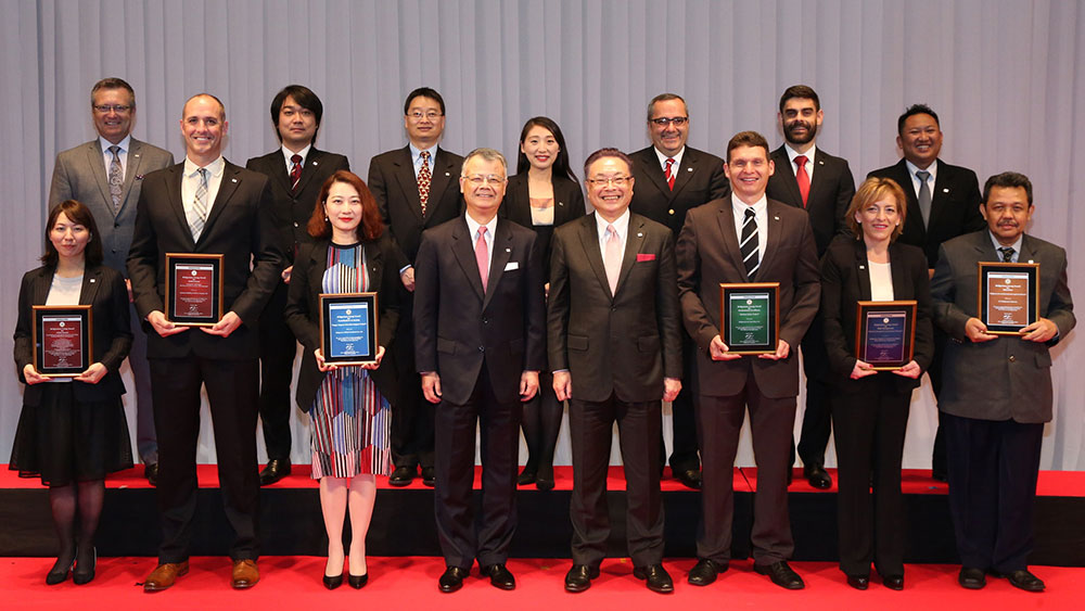 Bridgestone CEO and COO with the winners of the Bridgestone Group Awards 2016
